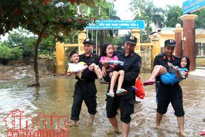 Hình ảnh đẹp về lực lượng công an giúp dân khắc phục hậu quả mưa lũ