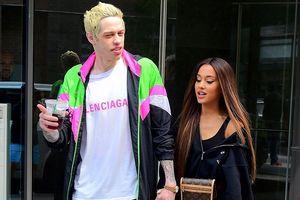 Ariana Grande và hôn phu phối đồ sặc sỡ, sánh đôi tình tứ ở New York