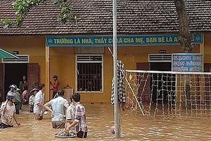 Ngập lụt nặng do mưa lũ, học sinh chưa thể tựu trường