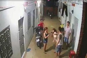 Xôn xao clip người đàn ông đánh hai cô gái dã man ở xóm trọ