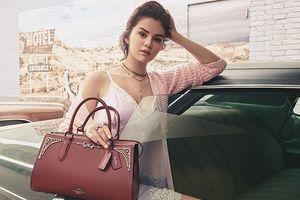 Khi Justin Bieber và Hailey Baldwin chìm đắm ăn chơi thì Selena Gomez đã kịp ra mắt bộ sưu tập túi
