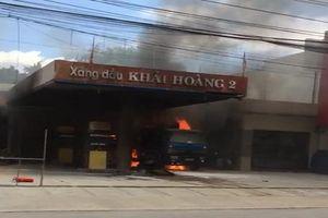 Cây xăng bốc cháy dữ dội, cả khu dân cư náo loạn