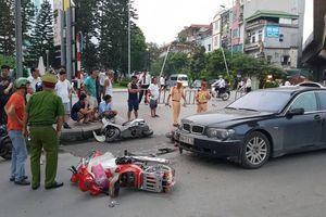 Người phụ nữ điều khiển xe ôtô BMW tông hàng loạt xe máy, kéo lê 2 cháu nhỏ trên đường