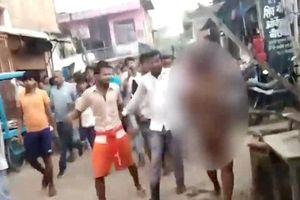 Đám đông mù quáng đánh đập người phụ nữ rồi lột đồ diễu phố
