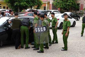 Lao xe vào trụ sở công an tấn công cảnh sát