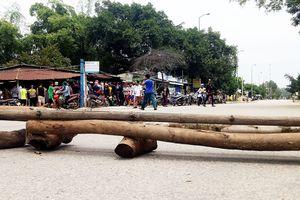 Quảng Ngãi: Người dân dựng barie chặn quốc lộ phản đối xe tải chạy ẩu