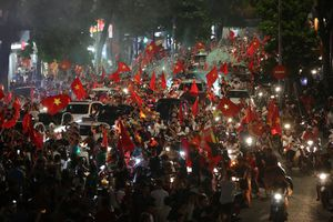 Người dân khắp mọi miền đổ ra đường mừng chiến thắng của Olympic Việt Nam