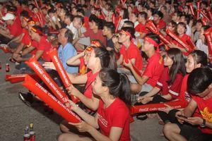 Ngợp trong sắc đỏ CĐV 'truyền lửa' cho Olympic Việt Nam