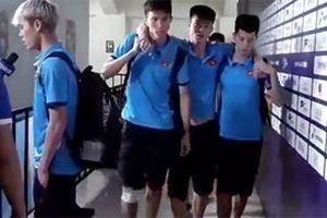 Duy Mạnh được dìu ra khỏi sân nhưng Văn Hậu mới là người vắng mặt trận gặp Hàn Quốc