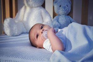 Bác sĩ Nhi giải đáp: Có nên đắp chăn cho trẻ sơ sinh không?