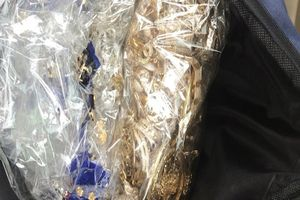3 nghi can trộm tiệm vàng bị bắt khi mang đi bán