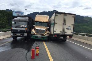 Xe đầu kéo chui vào giữa 2 xe tải để tránh lao xuống vực