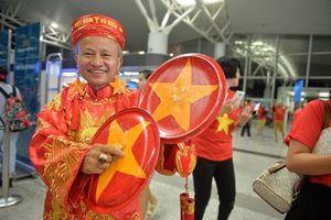 Cổ động viên nhuộm đỏ sân bay Nội Bài đi Indonesia 'tiếp lửa' cho Olympic Việt Nam