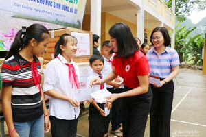 Trao quà cho 300 học sinh ở Con Cuông trước thềm năm học mới