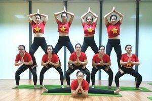Chị em Hà thành ĂN MỪNG CHIẾN THẮNG của Olympic Việt Nam bằng cách 'xếp hình' Yoga tuyệt đẹp