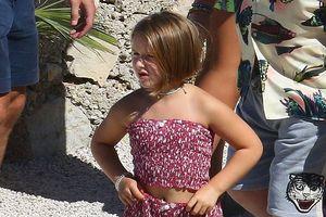 Harper Beckham gây chú ý với mái tóc ngắn khi du lịch cùng gia đình