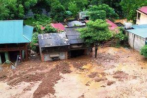 Lở đất nhấn chìm trường học và nhà dân ở Thanh Hóa