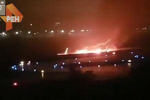 Máy bay chở 170 người trượt khỏi đường băng, bốc cháy dữ dội