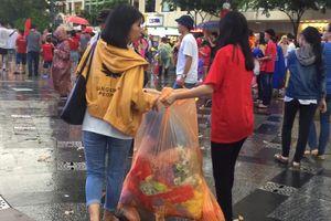 CĐV Sài Gòn nhặt rác, dọn dẹp phố đi bộ Nguyễn Huệ