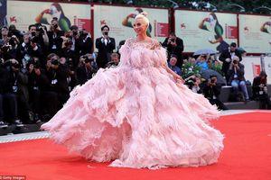 Lady Gaga lộng lẫy bất ngờ trên thảm đỏ LHP Venice