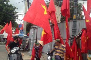 Trước giờ U23 Việt Nam ra quân, quốc kỳ 'nhuộm' đỏ đường phố Sài Gòn