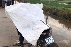 Nam thanh niên chết gục trên xe máy, điện thoại rơi dưới chân