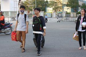 Sinh viên Sài Gòn 'tay xách nách mang' hàng tá đồ, háo hức đón xe về quê nghỉ lễ 2/9