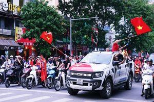 Không sao cả! Hàng nghìn CĐV vẫn xuống đường đi bão, cổ vũ cho tinh thần chiến đấu hết mình của Olympic Việt Nam