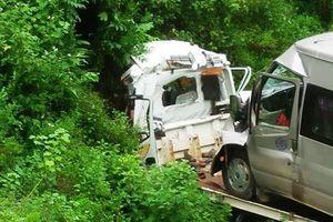 Sơn La: Xe cứu hộ kéo theo xe 16 chỗ lao xuống vực khiến 2 người tử vong