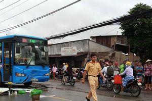 Tông vào xe buýt, 2 người thương vong