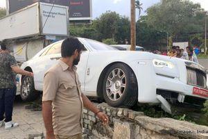 Rolls-Royce Ghost vừa mua, chưa lấy biển số đã gặp nạn