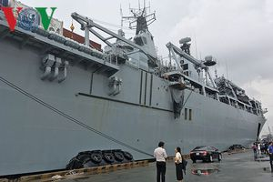 Tàu tấn công đổ bộ của Anh đến TPHCM