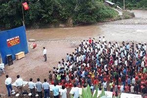 Lễ khai giảng cảm động bên bờ suối ở Lai Châu