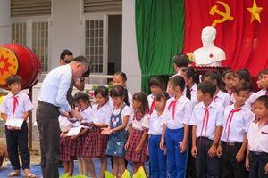 Trao 527 học bổng cho học sinh nghèo học giỏi ngày khai giảng