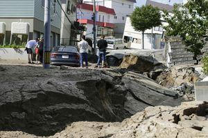Động đất chôn vùi nhiều nhà cửa ở Nhật