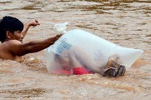 Xin kinh phí xây cầu để học sinh không phải qua suối bằng túi nylon