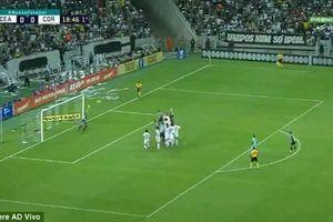 Thủ môn Brazil đá phạt đẳng cấp giúp đội nhà giành 3 điểm