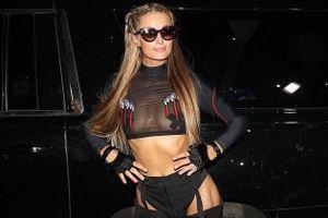 Paris Hilton mặc phản cảm khi đi xem thời trang