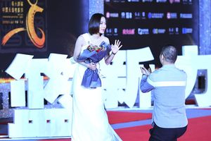 Hoa đán Trung Quốc bối rối vì fan cầu hôn trên thảm đỏ