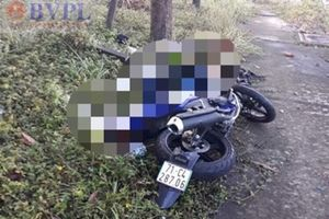 Phát hiện nam thanh niên tử vong nằm cạnh chiếc xe máy bên vệ đường