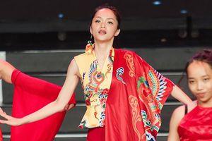 Xem ngay 60 giây sân khấu rực sắc đỏ quá đỗi ma mị từ Hương Giang tại Chung kết Siêu mẫu Việt Nam