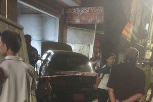 Hoảng hồn phát hiện thi thể thợ sửa ô tô dưới gầm xe