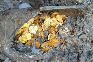 Đào móng làm nhà tìm được hũ tiền vàng ròng trị giá hàng triệu USD