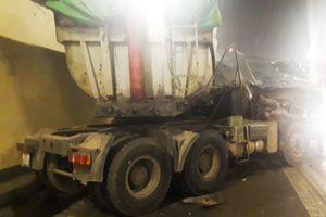 Xe đầu kéo container va chạm ôtô tải, hầm Hải Vân ách tắc nhiều giờ