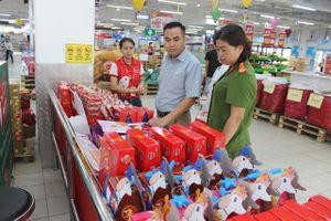 Kiểm tra thực tế các điểm kinh doanh bánh trung thu tại quận Hà Đông