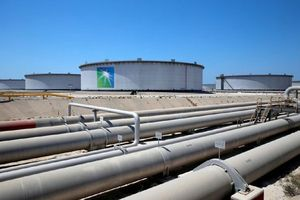Giá dầu gần chạm mức 80 USD/thùng do lo ngại về nguồn cung toàn cầu