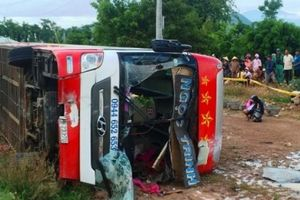 Xe giường nằm lao xuống ruộng, 29 người thoát chết hy hữu