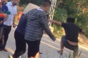 Xôn xao clip người dân ngăn xe chở rác bị nhóm người bịt mặt đuổi đánh