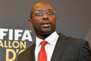 Tổng thống Liberia tái xuất sân cỏ ở tuổi 51