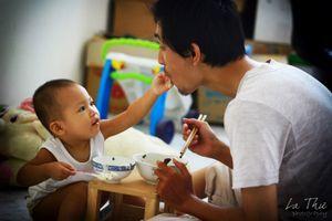 Vợ mất đột ngột khi trẻ, 'người ở lại' chăm con: Bố đơn thân ngược xuôi xin sữa